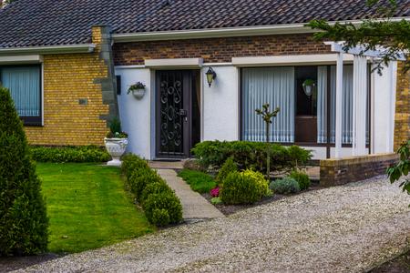 Moderne Nederlandse luxe woning met een voortuin, Nieuwe architectuur in Nederland Stockfoto