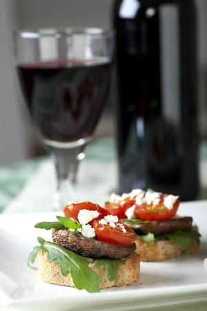 Shitake mushroom Tapas mit Cherry-Tomaten und zerkleinerten Feta-Käse. Standard-Bild - 8052354