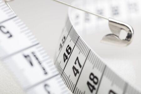 測定テープと安全ピンのクローズ アップ
