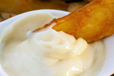 tapas espa�olas: Tapas espa�olas, patatas bravas con ajo mayonesa, salsa de inmersi�n. Foto de archivo