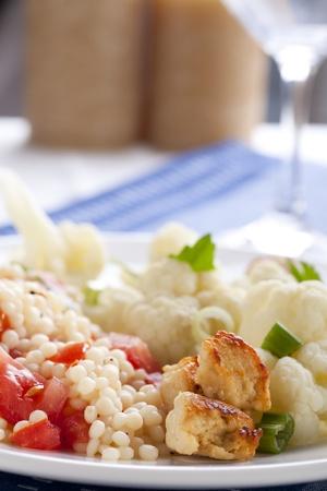viandes et substituts: Couscous aux tomates et frais chou-fleur cuit � la vapeur et substituts de la viande. Banque d'images