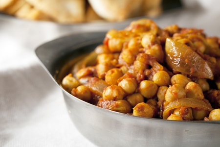Frische Tomaten und Kichererbsen in Curry Metallschale. Standard-Bild - 11367404
