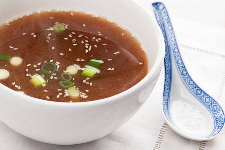 soup spoon: Miso Soup in una ciotola bianca con cucchiaio da minestra
