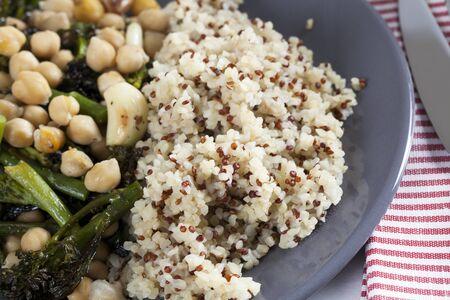 garbanzos: Humeante plato de br�coli y garbanzos servido con una mezcla de mijo y la quinoa Foto de archivo