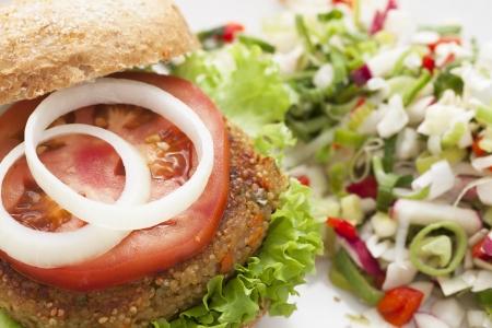 quinua: Hamburguesa quinua deliciosa y saludable rematado con una rodaja de tomate y cebolla
