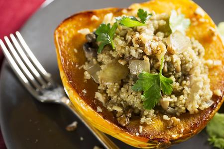 quinua: Calabaza de invierno rellena de quinoa, setas y cebollas