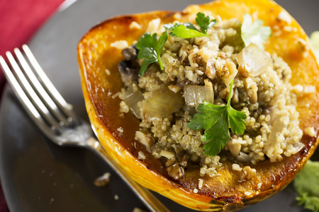 Winter Squash gevuld met quinoa, champignons en uien Stockfoto
