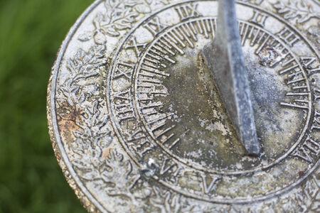 reloj de sol: Cierre de reloj de sol resistido en el jard�n