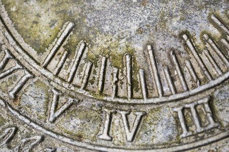 romeinse cijfers: Close-up van Romeinse cijfers op verweerde zonnewijzer Stockfoto