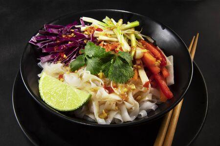 Lime Chili Noodle Salad Standard-Bild