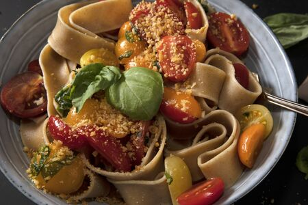 Pasta with Tomatoes and Basil Standard-Bild