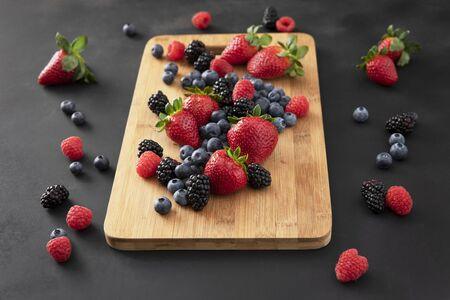 Fresh Berrlies on a Cutting Board Standard-Bild