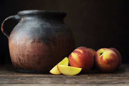 Fresh Whole and Sliced Nectarines with Jugs Standard-Bild