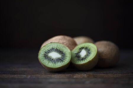 Kiwi with dark background. Standard-Bild