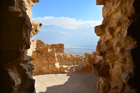 Panoramic view of the Dead Sea through arch in Masada fortress ruins, Israel Archivio Fotografico