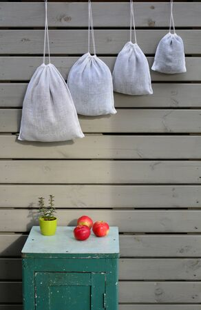 Reusable zero waste linen mesh produce bags hanging 스톡 콘텐츠