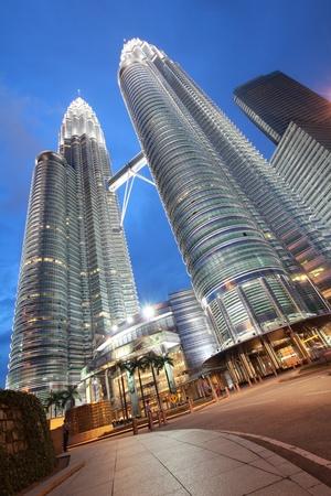 petronas: noche, hora en la torre Petronas Editorial