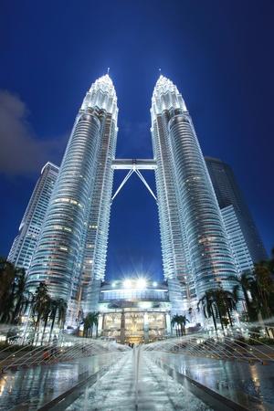 petronas: noche tiempo delante de la torre Petronas Editorial