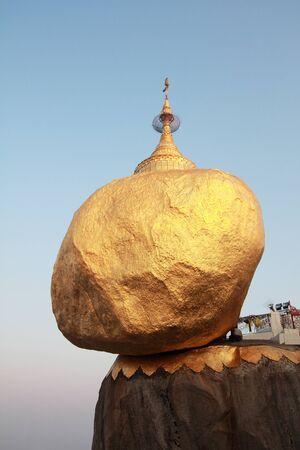 Myanmar: Kyaiktiyo pagode ou Golden Rock Pagoda l'endroit sacr� dans le bouddhisme myanmar