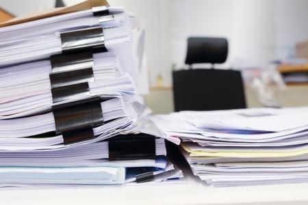 oficina desordenada: mesa de oficina desordenada con documentos de negocios