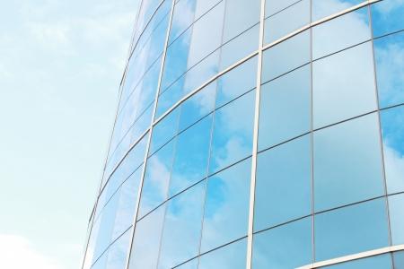 edificio cristal: fondo de cielo azul reflejan en las gafas de moderno edificio de negocios