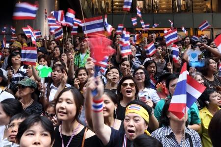 rd: BANGKOK, THAILANDIA-4 novembre manifestanti non identificati protesta contro la corruzione del governo e l'amnistia controverso disegno di legge in Silom Rd novembre 4,2013 a Bangkok, Thailandia