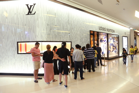 vuitton: BANGKOK - DECEMBER, 2014 : people waiting in front of Louis Vuitton store in Siam Paragon Mall in Bangkok, Thailand on December 5,2014. Editorial