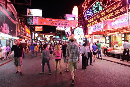 gogo girl: PATTAYA, THAILAND - 13. Dezember: Unidentified Touristen zu Fu� durch die Walking Street in Pattaya am 13. Dezember 2014. Walking Street ist eine beliebte Touristenattraktion in Pattaya
