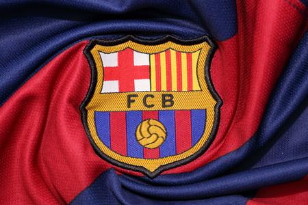 Barcelona: BANGKOK, THAÏLANDE -AOÛT 30, 2015: le logo de Barcelone club de football sur un maillot officiel le 30 Août 2015 à Bangkok en Thaïlande. Éditoriale