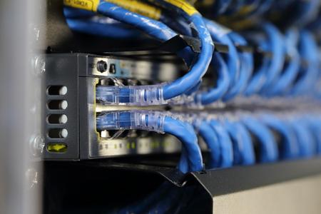 ネットワーク ケーブルをサーバー ルームの背景 写真素材 - 47115815