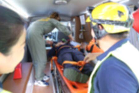 squadra di pronto intervento aiutare la vittima con il pronto soccorso
