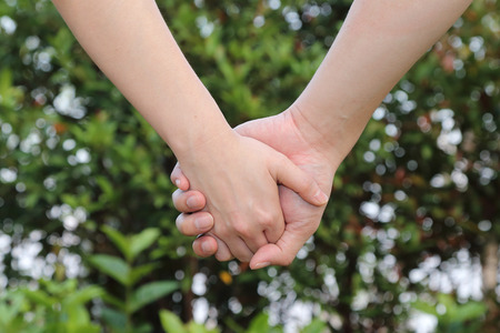 marido y mujer: background of couple holding hands with nature background