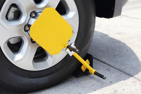ruota anteriore bloccata con bloccaggio ruota giallo