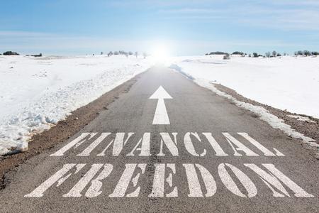 bedrijfsconcept van weg naar financiële vrijheid woorden op de weg Stockfoto