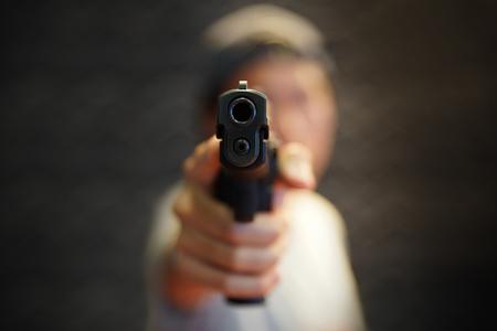 Un hombre de la mano apuntando con una pistola hacia adelante Foto de archivo