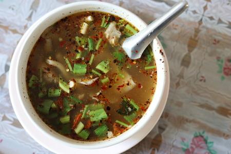 有名なタイ食品ホットとかトムの豚カルビのスパイシー スープ サーブ 写真素材 - 89838794