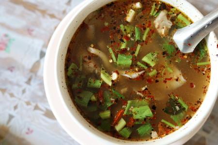 有名なタイ食品ホットとかトムの豚カルビのスパイシー スープ サーブ