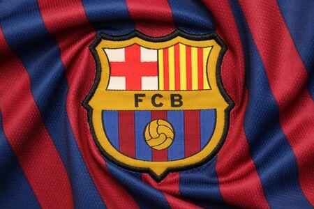 BANGKOK, Tailandia - 07 de julio de 2018: el logo del club de fútbol de Barcelona en una camiseta oficial