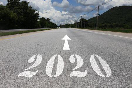 feliz año nuevo concepto de carretera rumbo a 2020 Foto de archivo