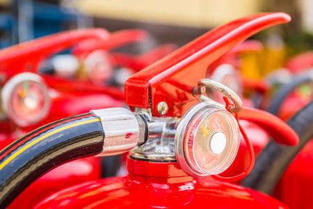 Rode brandblussers beschikbaar in brand noodgevallen Stockfoto