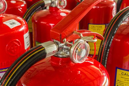 Extincteurs rouges disponibles en cas d'incendie Banque d'images - 29307724