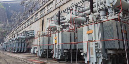 energia electrica: Garth poder mucho más grande fue construida aguas abajo para su uso en la distribución de energía eléctrica de alta tensión en base a líneas de alta tensión