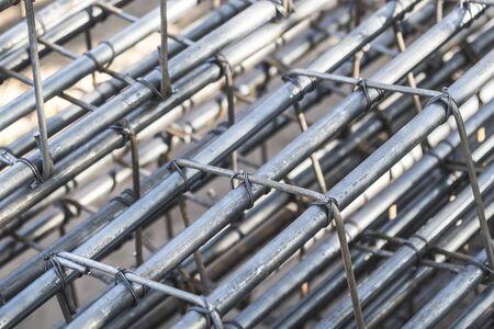 Barres d'acier qui se lient ensemble pour la construction de bâtiments. Banque d'images - 74360006