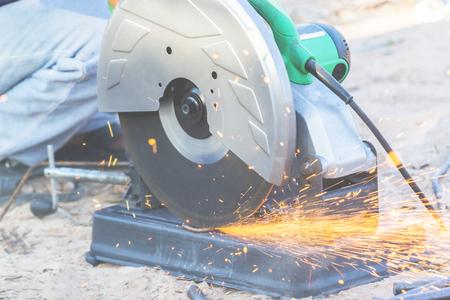 Coupe-fibre Il découpait des barres d'acier à la lumière d'un morceau de fer. Banque d'images - 75070315