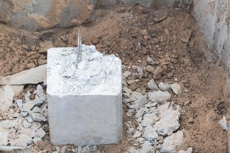 Des tas de béton sont découpés à l'intérieur des fosses pour supporter le poids des fondations du bâtiment. Banque d'images - 75163035
