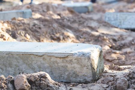 Les poteaux de béton sont placés au sol pour supporter le poids des fondations du bâtiment. Banque d'images - 75070313