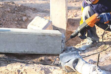 Les litières en béton utilisent une perceuse électrique pour extraire les colonnes de béton jusqu'à la ligne de coupe. Banque d'images - 75171100