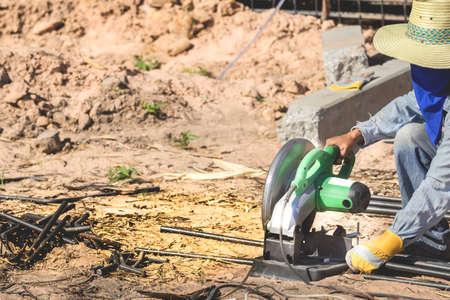 Le coupe-fer électrique coupe le fer au sol. Banque d'images - 75253427