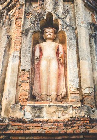 L'ancienne statue de Bouddha à Lamphun, en Thaïlande. (Cette statue est située dans la zone publique.) Banque d'images - 77005501