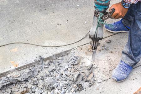 기술자가 도로 훈련을 사용하고 있습니다. 길을 개선하기 위해 바닥을 진동시키기 위해 시추 작업을 수행합니다. 스톡 콘텐츠